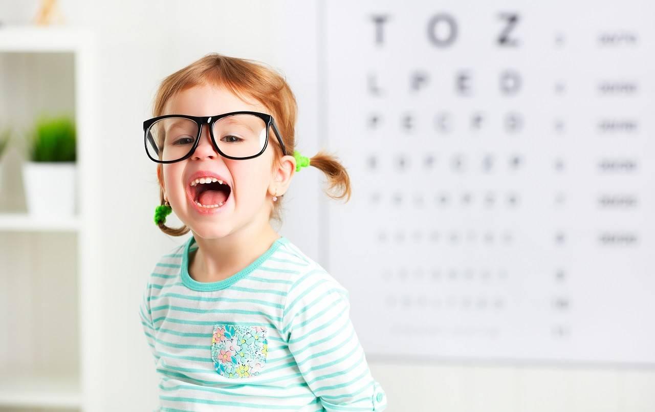 szemüveges gyermek